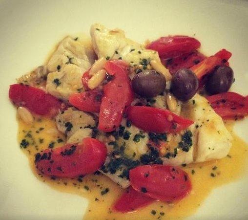 La Gabbianella e il Matto: scaloppa di orata con pomodorini e olive taggiasche