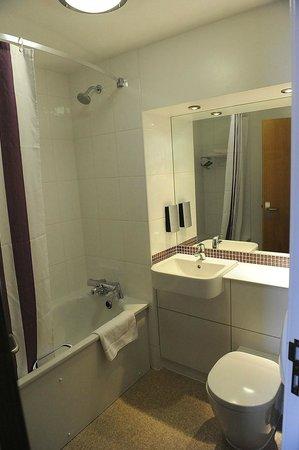 Premier Inn London Hanger Lane Hotel : Bathroom at Premier Inn Hanger Lane