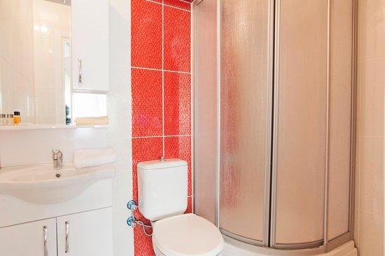 Roncalli Suites: bathroom