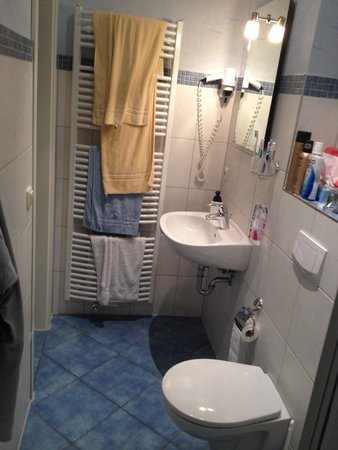 Hotel Villa Seeschlösschen: Das kleine aber ausreichend grosse Bad immer Zimmer 'Promenade'