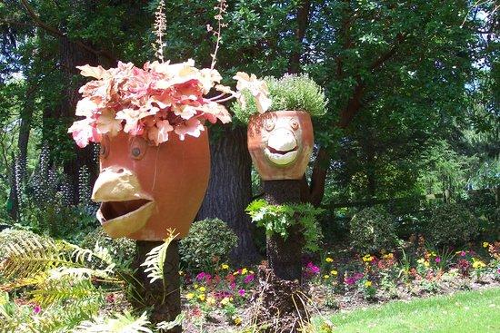 Les pots de fleurs décorés - Photo de Jardin des Plantes, Nantes ...
