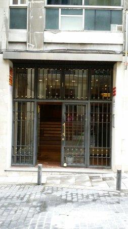 Hostal Far Home Plaza Mayor: The entrance