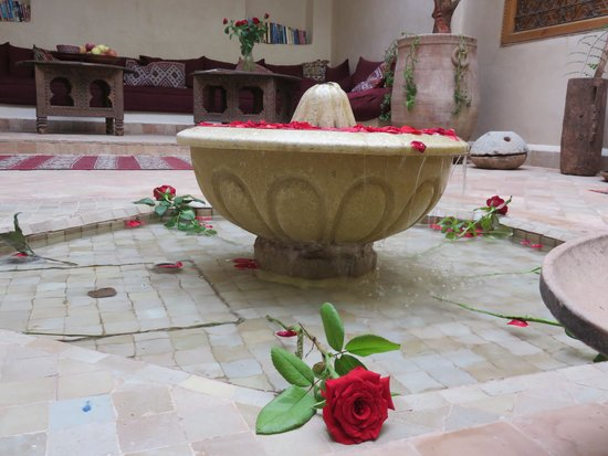 Riad Ma'ab : fountain with the roses