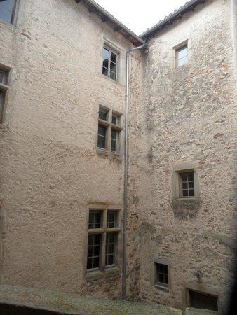 Chateau de Chalmazel: Cour intérieure