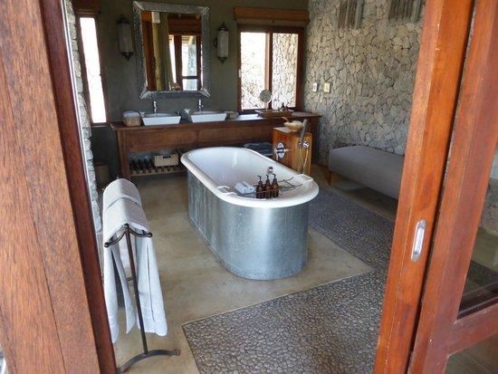 Dulini Leadwood Lodge: de badkamer