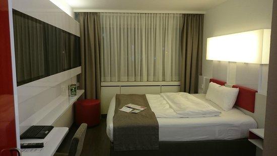 DORMERO Hotel Stuttgart: großes bequemes Bett