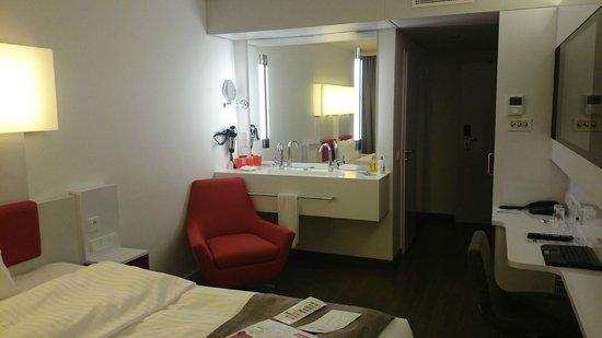 DORMERO Hotel Stuttgart: Waschbecken im Zimmer