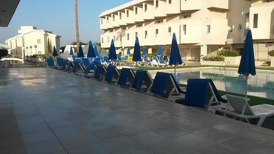 Kissos Hotel: Kissos - pool to rooms