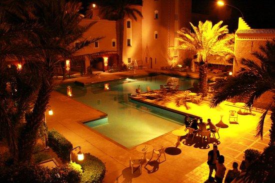 Ksar Tinsouline : La piscine de l'hotel de nuit