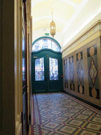 Frankfurt Hostel: Entrance hall, looking towards front door