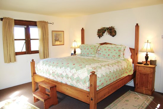 Alexander's Inn: One of two light and sunny bedrooms