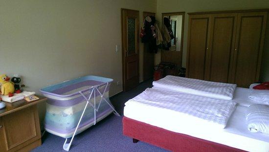 Panorama Hotel: Schlafzimmer mit Garderobe