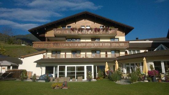 Alpinresort Schillerkopf: Frontansicht vom Garten aus
