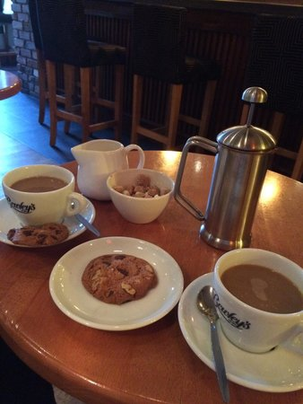 Brook Lane Hotel: Nobody should have coffee without biscuits.