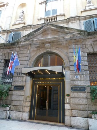 Accademia Hotel : front door