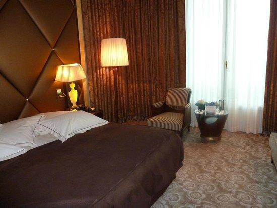 Hotel Barriere Le Fouquet's Paris: comfortable bed