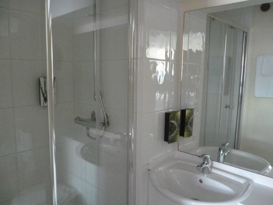 Premier Inn London Victoria Hotel : baño