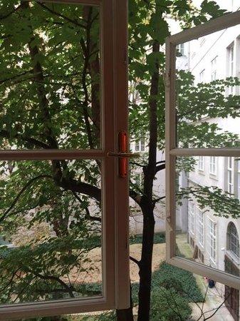 Benediktushaus Guest House : vista janela quarto