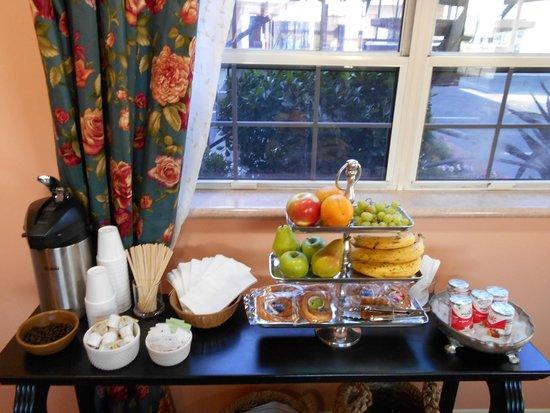 Victorian Inn: Continental Breakfast