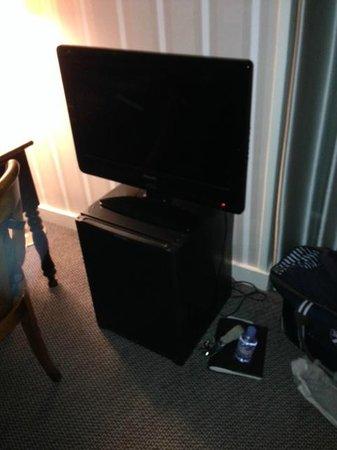 Hotel des Saints-Peres: La télévision posée sur le frigo