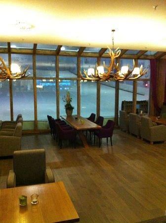 Hotel Fire & Ice: Restaurante com vista para a pista infantil