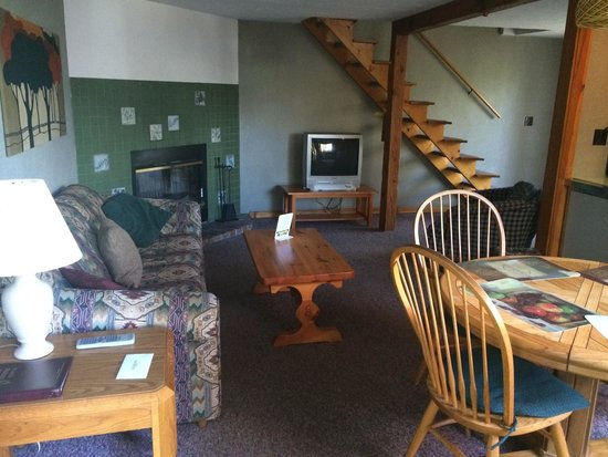 Town and Country Motor Inn: Cottage living room and dining area.