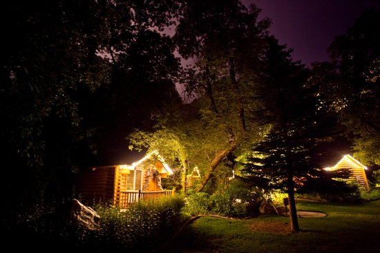 Alaskan Inn: Cabins/Grounds at Night