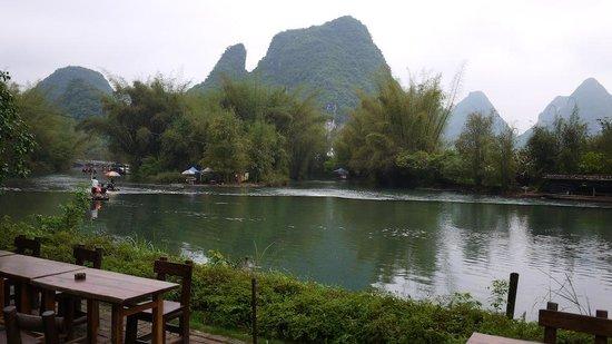 Yangshuo Mountain Retreat: Preciosa vista al río desde la pieza