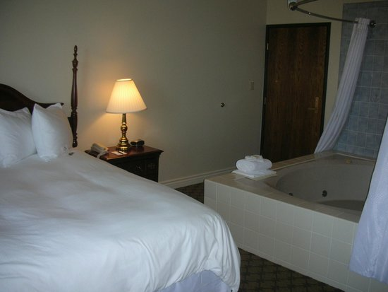 Ben Lomond Suites Historic Hotel, an Ascend Collection Hotel: Honeymoon Suite with Giant Tub