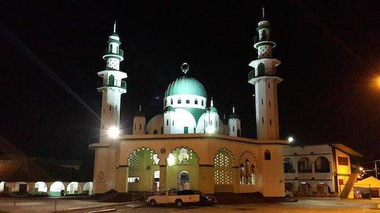 Mohammed Ali Jinnah Memorial Mosque: At night