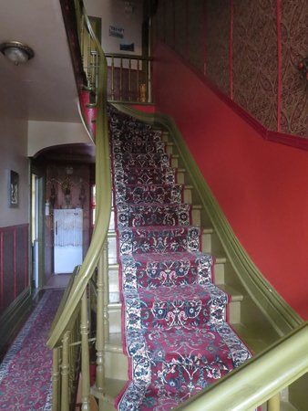 B&B Au Petit Roi: staircase to the 2nd floor