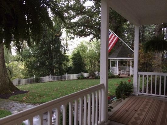 Oak Hill on Love Lane Bed & Breakfast : view of back yard