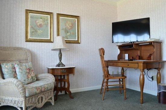 Boardwalk Plaza Hotel: 3rd Floor Suite Sitting Room