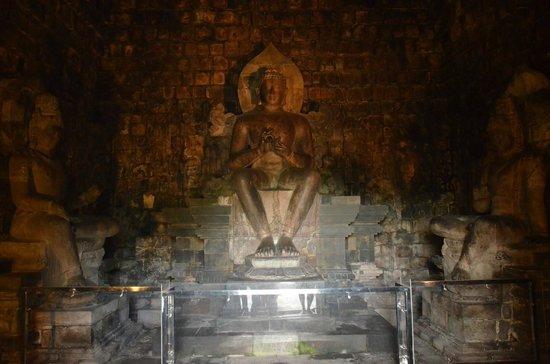 Patung Budha di dalam Candi Mendut