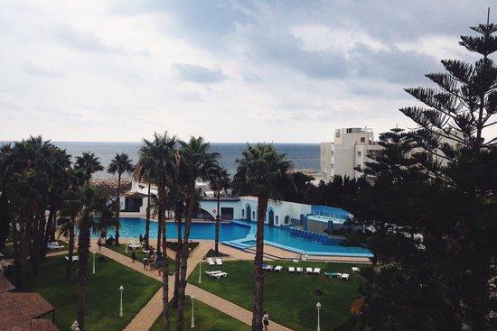 Orient Palace Hotel: Вид на бассейн и море из номера 458