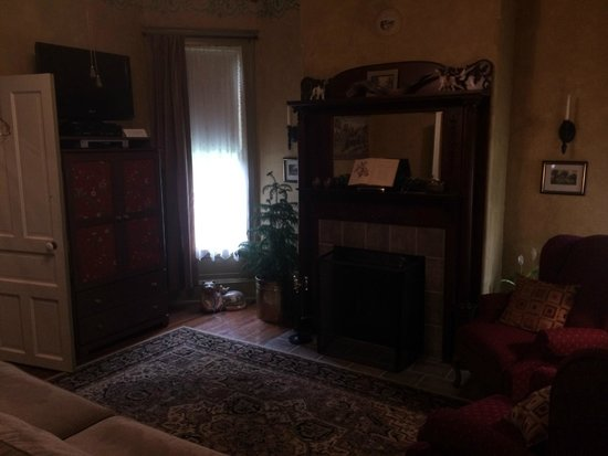 Millview Bed & Breakfast: Fireplace and Credenza with TV, Microwave and Fridge