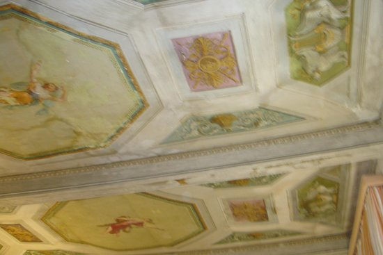 Alloro B&B: Painted ceiling of room