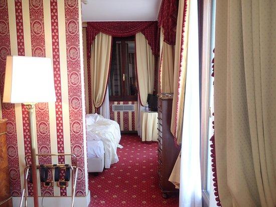 Sina Palazzo Sant'Angelo: livingroom to bedroom