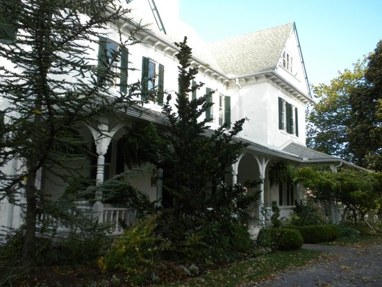 Grand Victorian Bed and Breakfast: The front of the B&B