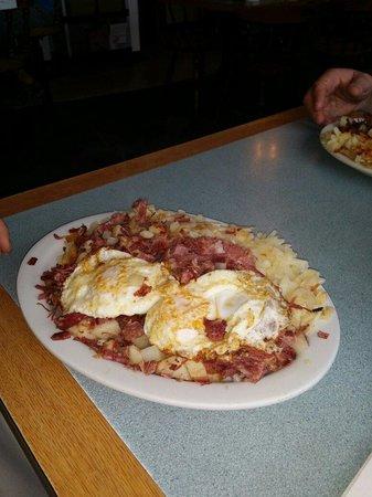 Carols' Corner Cafe: Corn beef and hash