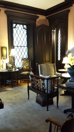 Inn at Woodhaven: The parlor room in the main house