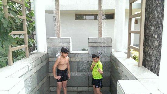 Moksha Himalaya Spa Resort: Shower after the swim !!
