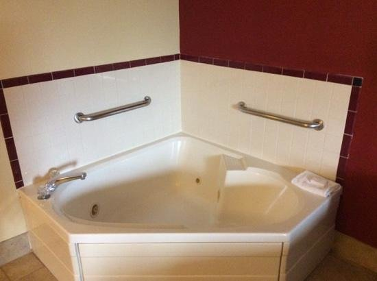"""Hampton Inn Columbus-East: Very Large Jacuzzi - Perfect for my 6'4"""" Frame!"""