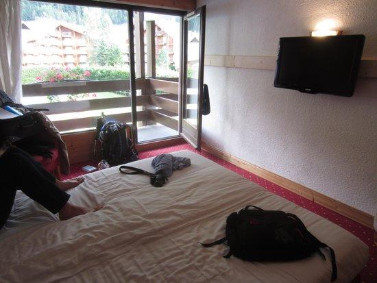 La Chemenaz Hotel : bright spacious room