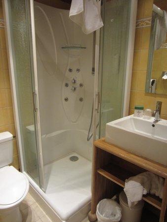 La Chemenaz Hotel : modern bath