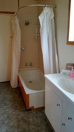 Fox Glacier TOP 10 Holiday Park: Bathroom