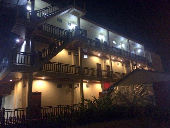 Vilayvong Guesthouse: Вид на правое крыло отеля, вечером