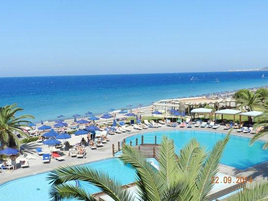 Sun Beach Holiday Club: Вид на бассейн и пляж.
