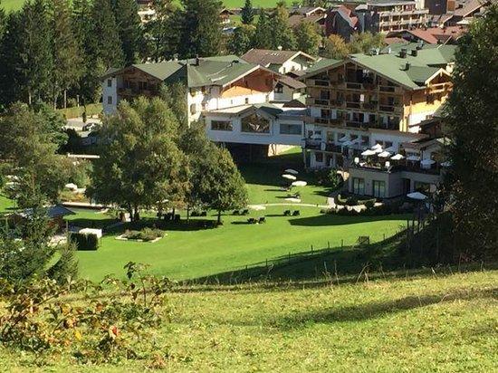 Hotel Forsthofgut: Gartenseite des Hotels Forsthofgut