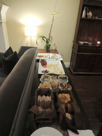 The Gables Inn Sausalito: Snacks during wine and cheese time
